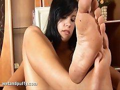 Flexible brunette whore Jacqueline jerking