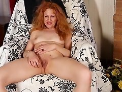 American mom Deisy feeding her old cunt